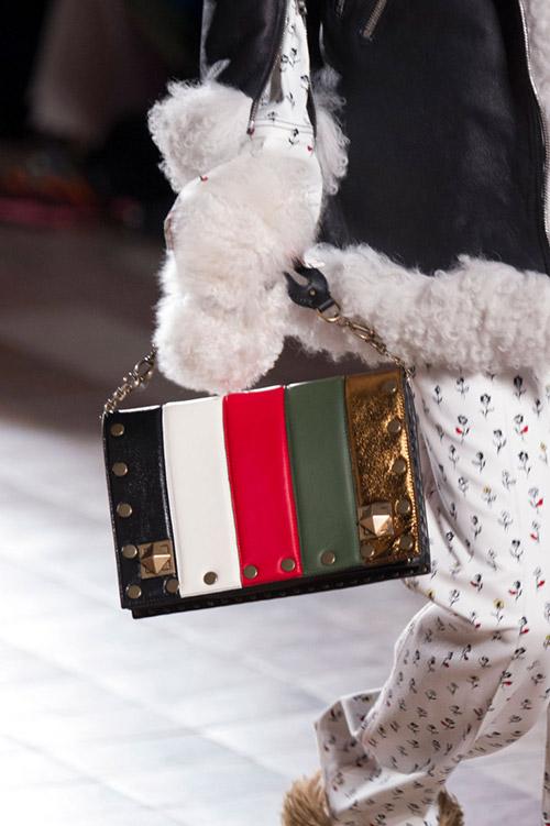 Модель с модной сумкой из разноцветной кожи от sonia rykiel сезон осень 2017 - зима 2018