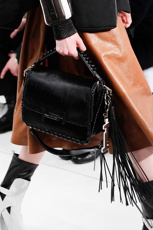 Девушка с черной сумкой в ковбойском стиле от tods сезон осень 2017 - зима 2018