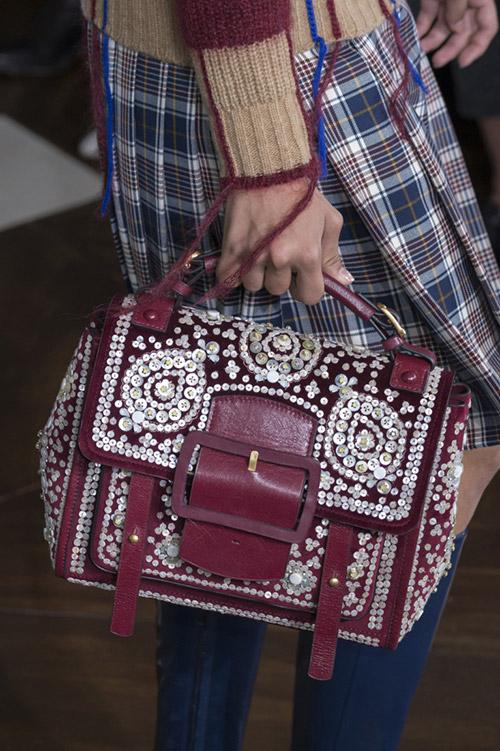 Девушка с бордово сумкой расшитой пайетками от tory burch сезон осень 2017 - зима 2018