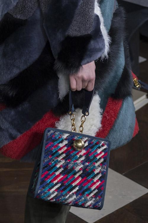 Девушка с мини сумочкой на маленьком ремешке от tory burch сезон осень 2017 - зима 2018