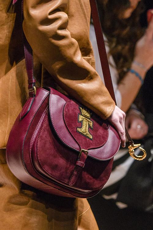Модель с бордовой сумкой из кожи и замши от trussardi сезон осень 2017 - зима 2018