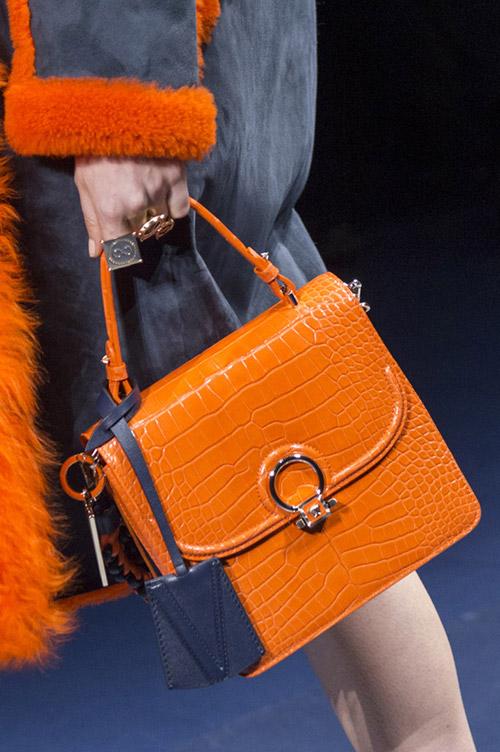 Яркая оранжевая сумка с короткой ручкой от versace сезон осень 2017 - зима 2018