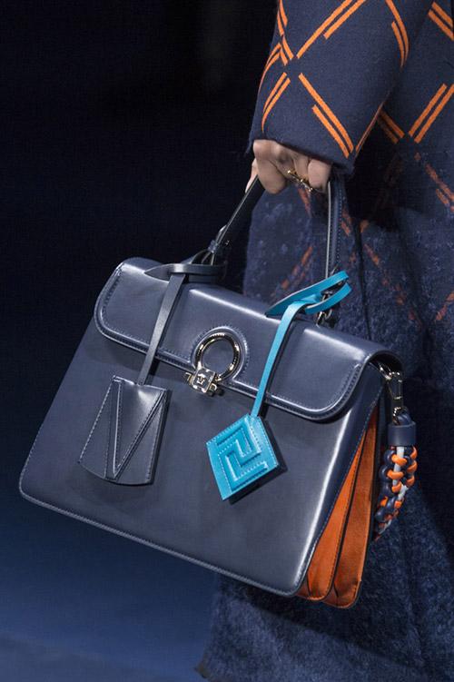 Модная темно синяя сумка от versace сезон осень 2017 - зима 2018