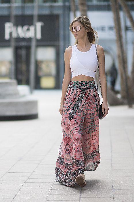 Если вы любите цыганский стиль - длинные юбки это то, что нужно, дополни их кроп топом и обувью на плоском каблуке