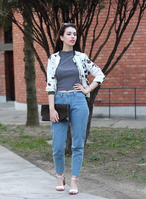 Модель в мом джинсах, водолазка и куртка