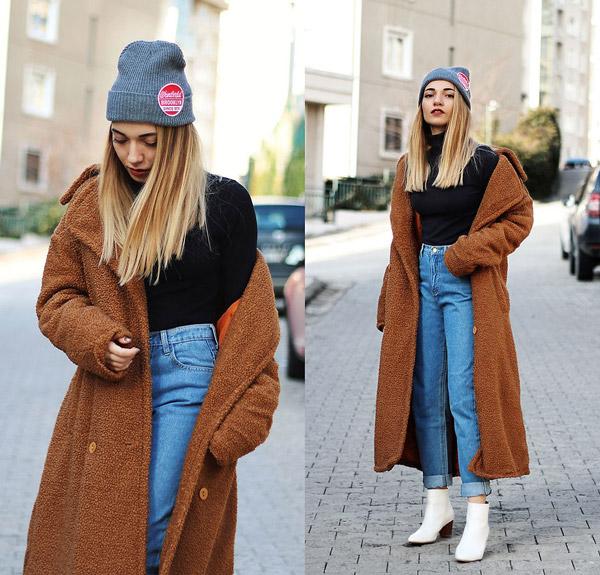 Модель в мом джинсах и коричневом пальто