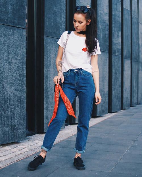 Модель в джинсах американках и белой футболке