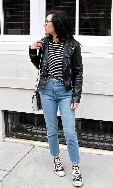 Модель в джинсах американках, полосатая футболка и косуха