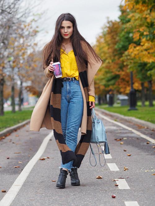 Девушка в джинсах американках, желтая блузка и пальто