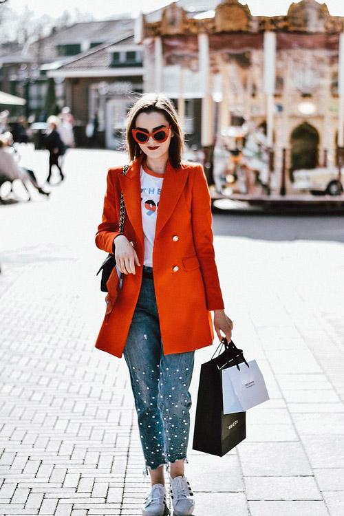 Девушка в мом джинсах и краном пальто