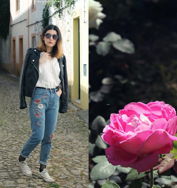 Девушка в джинсах американках с вышивкой и куртке косухе