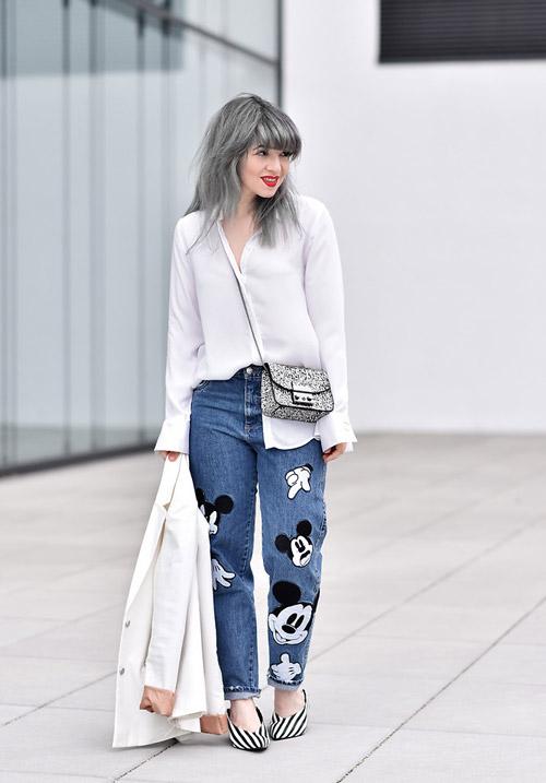 Модель в мом джинсах с микки маусом и белой блузкой