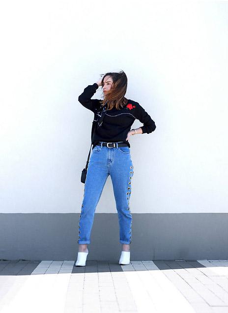 Девушка в джинсах американках и черном джемпере