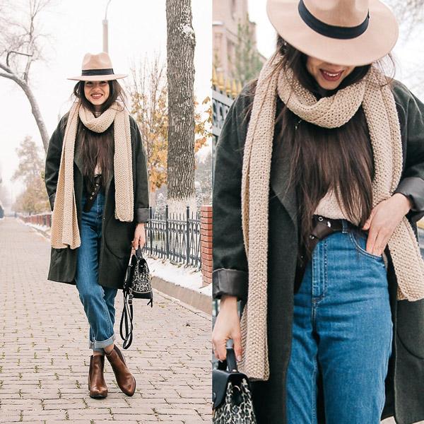 Девушка в джинсах американках, пальто и бежевые шарф и шляпа