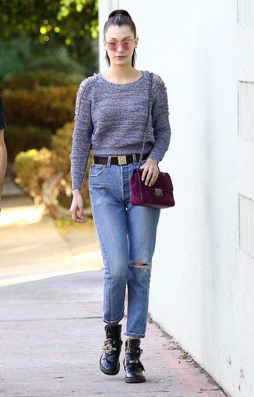 Белла Хадид в джинсах американках, серый свитшот и черные ботинки