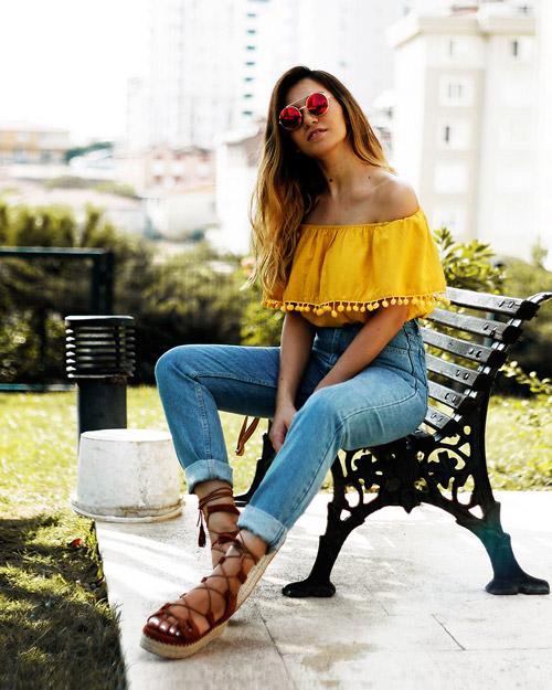 Модель в мом джинсах и желтый топ