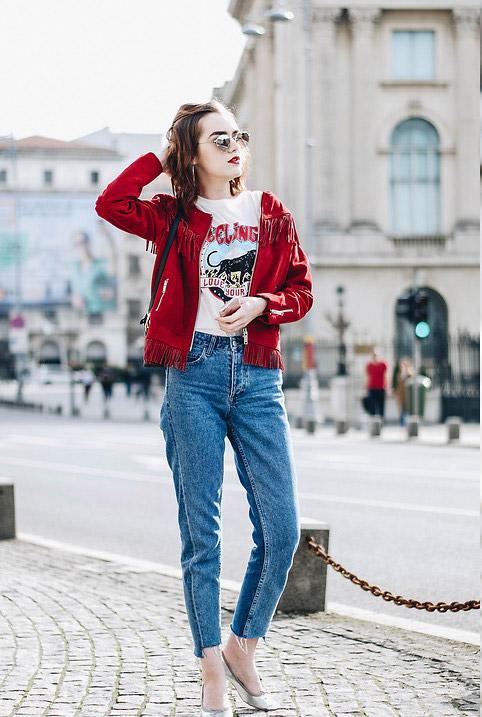 Модель в джинсах американках, белая футболка и куртка