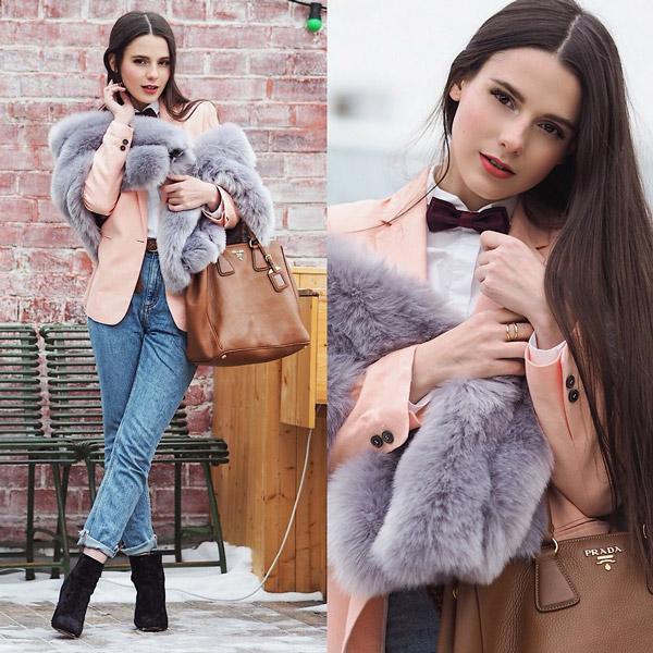 Девушка в джинсах американках, пиджак и меховая накидка