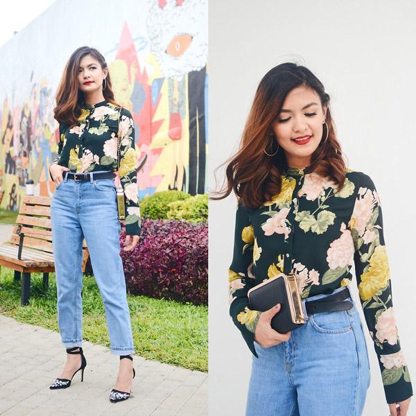 Модель в джинсах американках и блузке с цветочным принтом