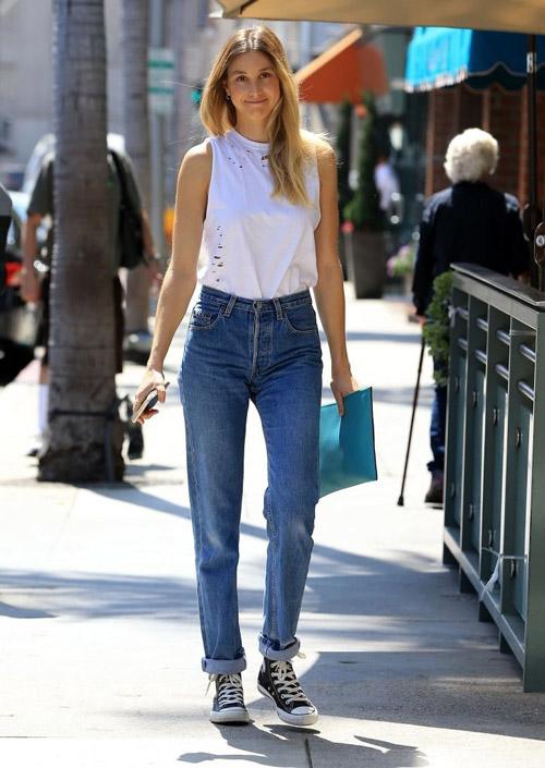 Уитни Порт с синих джинсах американках. белый топ и кеды