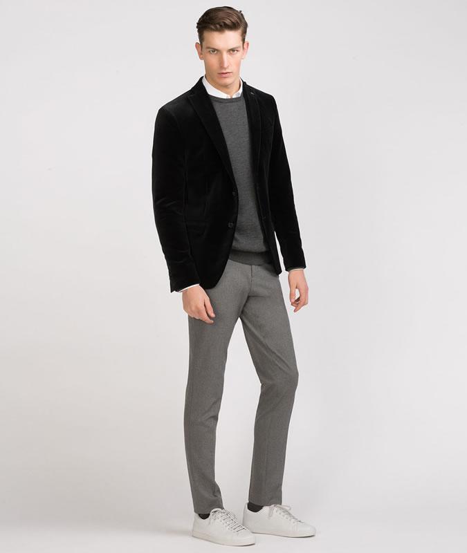 Парень в черном пиджаке и серых брюках