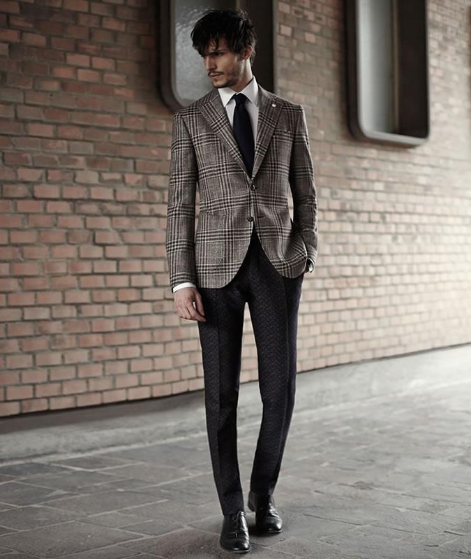 Парень в пиджаке в клетку и классических брюках