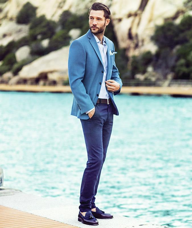 Парень с светло-сером пиджаке и темно-синих брюках