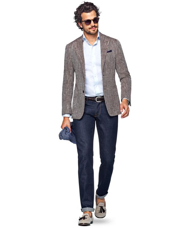 Парень в шерстяном пиджаке, джинсах и мокасинах