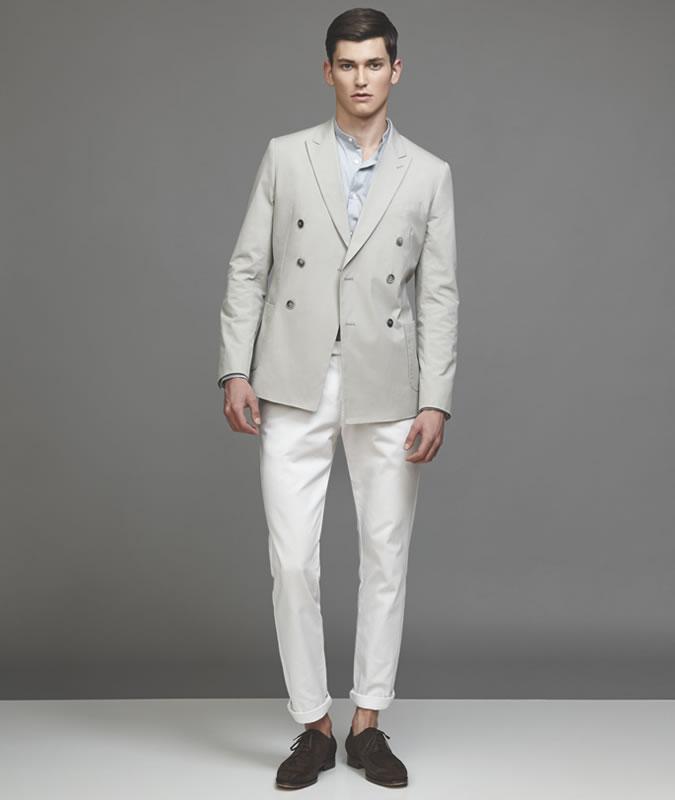Парень в белых брюках и сером пиджаке