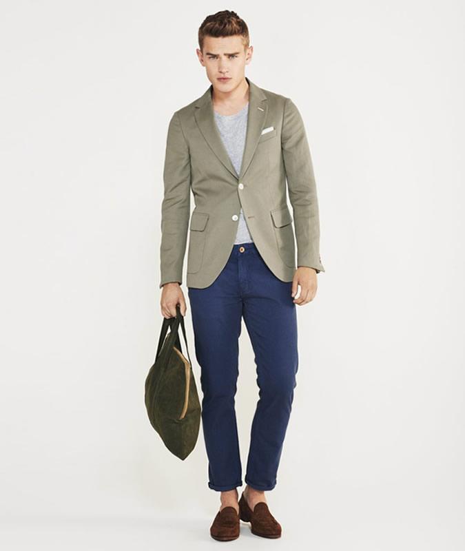 Парень в светло-зеленом пиджаке и синих джинсах