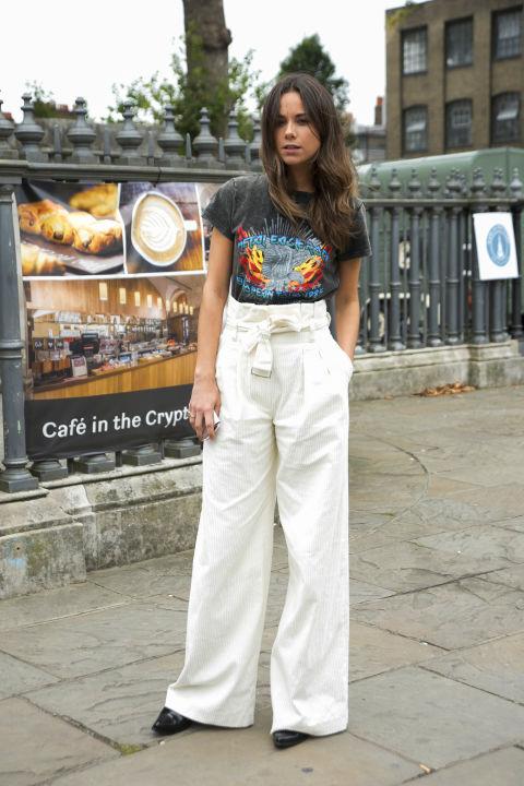 К широким брюкам выбирайте облегающие футболки