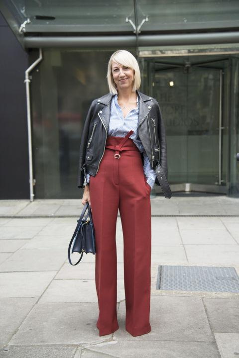 Такие брюки с высокой талией очень женственны и их можно легко сочетать с грубой курткой косухой