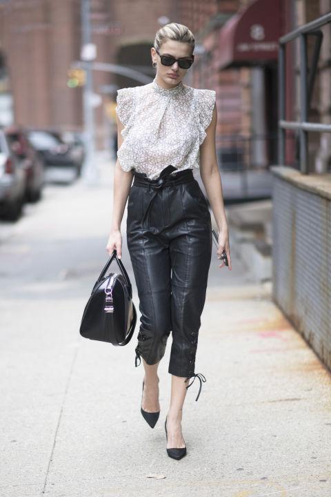 В комплекте с кожаными штанами отлично будет смотреться полупрозрачная блузка