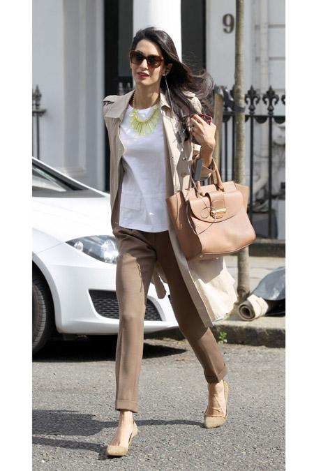 Амаль Клуни в бежевых брюках и белой блузе, Лондон май 2014