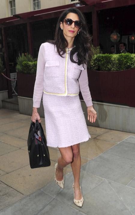 Амаль Клуни в твидовом костюме от Giambattista Valli после деловой встречи в Лондоне, июнь 2015