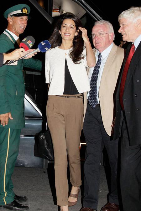 Амаль Клуни по дороге в отель Grande Bretagne в Афинах