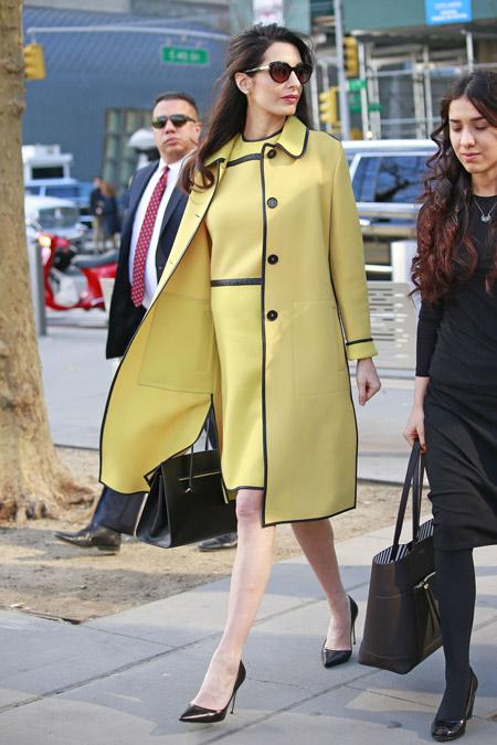 Амаль Клуни в наряде от Bottega Veneta в Нью-Йорке, март 2017