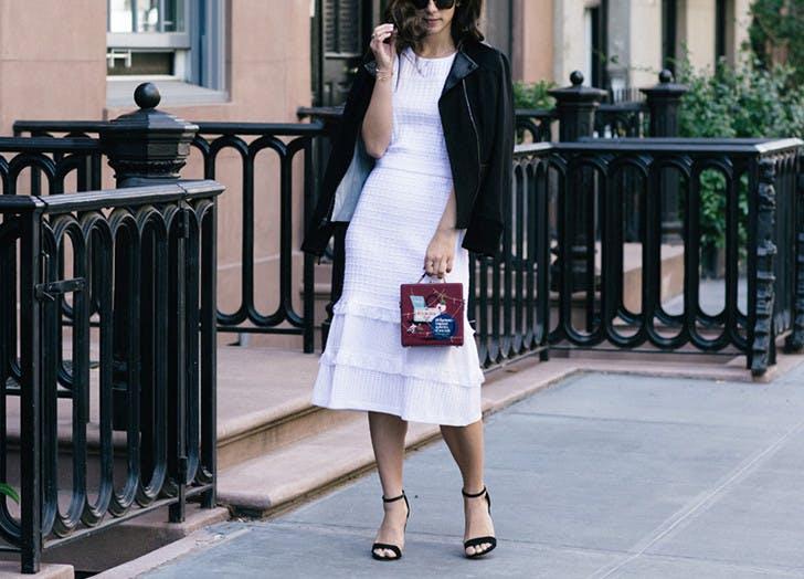 Девушкаа в белом платье миди и куртке