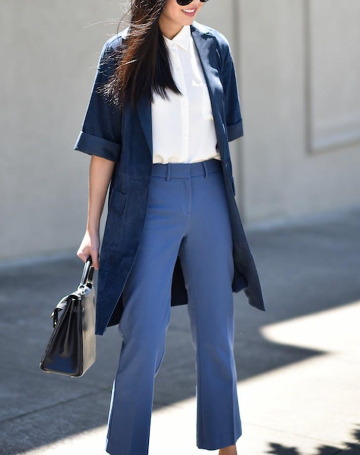 Модель в синих укороченных брюках и плащ