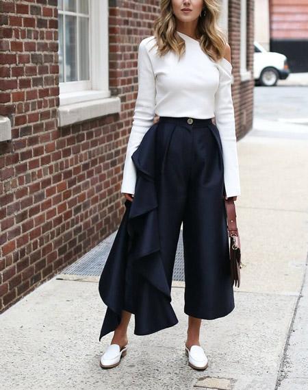 Модель в оригинальных брюках и белой блузке