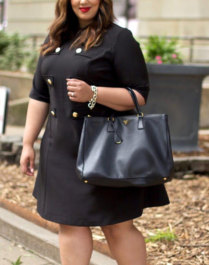 Модель в черном платье