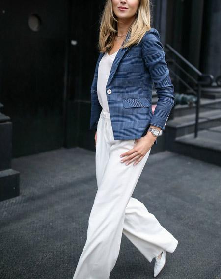 Девушка в белых брюках и пиджаке