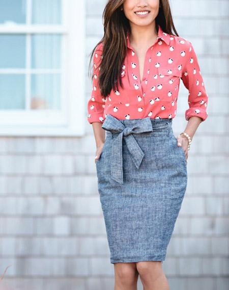 Модель в серой юбке карандаш и блузке