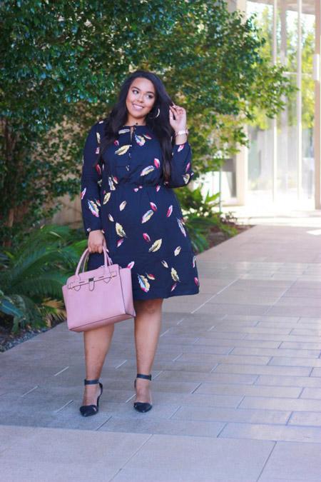 Девушка в темном платье с принтом и босоножках