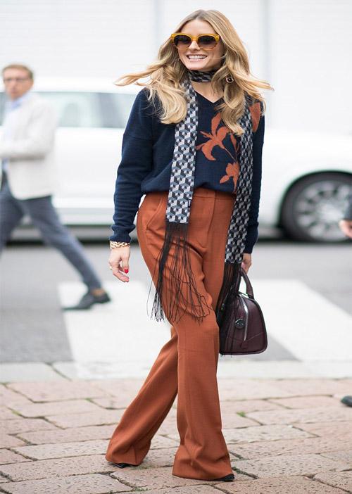 На улицах Милана в оранжевых брюках, синей блузке и тонкий шарфик