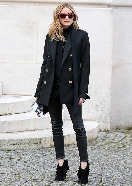 В Париже осенью на Неделе моды в блейзере, водолазке, джинсах, и черных ботинках.