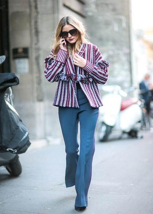 В куртке от Burberry и синих брюках на улицах Парижа