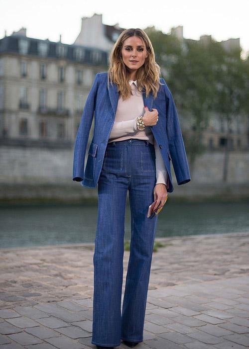 Оливия в синих расклешенных джинсах, пиджаке и розоватом свитшоте в стиле 10-ых
