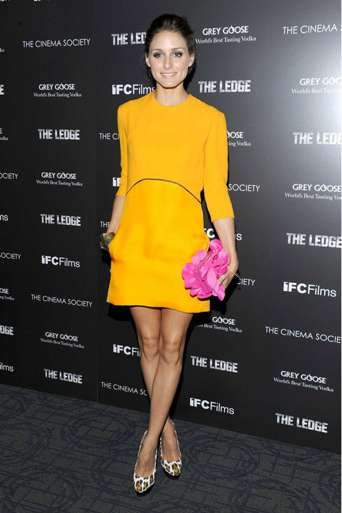Удивительная комбинация - клатч цвета фуксии и ярко-желтое платье