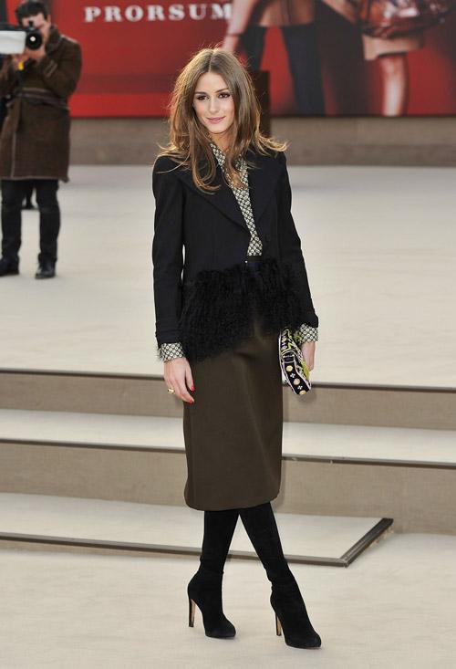 На Burberry Prorsum's Fall/Winter 2013 show Оливия выбрала оливковую юбку и черный пиджак